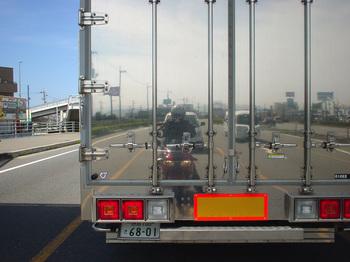 トラックの後ろで自分撮り